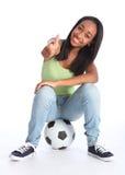 Réussite du football pour la jeune adolescente heureuse Images libres de droits
