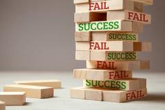 Réussite et défaillir Tour en bois des blocs L'échec est comme la nouvelle étape pour le succès L'échec donne l'expérience et vou image libre de droits