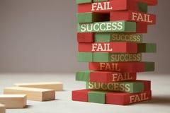 Réussite et défaillir Tour en bois des blocs L'échec est comme la nouvelle étape pour le succès L'échec donne l'expérience et vou photographie stock libre de droits