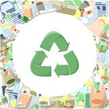 Réutilisant le logo entouré par des déchets Photos libres de droits