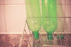 Réutilisant les bouteilles en plastique à la maison Images libres de droits