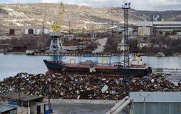 Réutilisant, mitraille de chargement dans le bateau Images libres de droits
