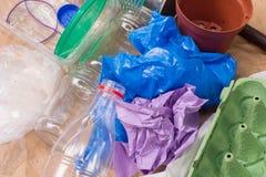 Réutilisation des déchets : métal, plastique, papier et verre images libres de droits