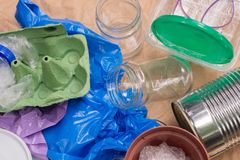 Réutilisation des déchets : métal, plastique, papier et verre photo stock