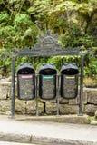 Réutilisation des poubelles de déchets dans des calientes d'Aguas, Cusco, Pérou photographie stock libre de droits