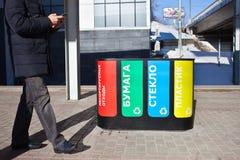 Réutilisation des récipients de déchets colorés à la station Photo stock