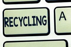 Réutilisation des textes d'écriture de Word Concept d'affaires pour convertir des déchets en matériel réutilisable pour protéger  images stock