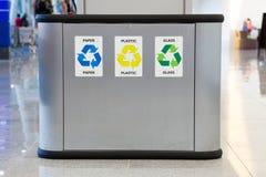 Réutilisation du coffre d'ordures avec la séparation photographie stock