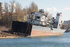 Réutilisation et démontage du bateau sur la berge Image stock