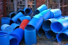 Réutilisation vide de barils de récipient en plastique de déchets Photos libres de droits