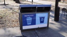 Réutilisez et récipient de poubelle de rebut Photo stock