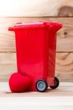 Réutilisez la poubelle avec le coeur Photo stock