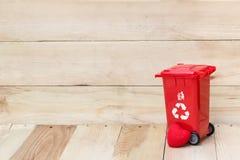Réutilisez la poubelle avec le coeur sur le fond en bois Photographie stock