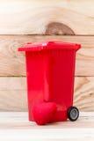 Réutilisez la poubelle avec le coeur sur le fond en bois Photo libre de droits