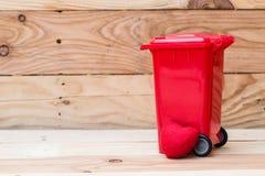 Réutilisez la poubelle avec le coeur sur le fond en bois Photographie stock libre de droits