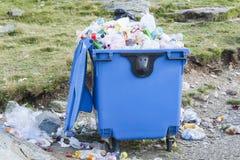 Réutilisez la poubelle complètement des déchets photos libres de droits