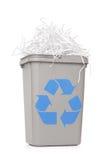 Réutilisez la poubelle complètement du papier déchiqueté Photos stock