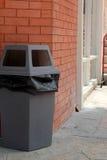 Réutilisez la poubelle en parc photos stock