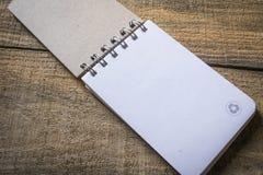 Réutilisez le carnet avec réutilisent le symbole Photos stock
