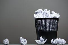 Réutilisez le coffre rempli de papiers chiffonnés Images stock