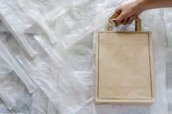 Réutilisez le sac de papier d'eco sur le plastique blanc R?utilisez et r?utilisez pour le concept d'environnement du monde image libre de droits