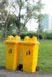 Réutilisez les poubelles en parc public Photos stock