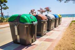 Réutilisez les poubelles en parc Sauvez le concept de l'environnement photographie stock libre de droits