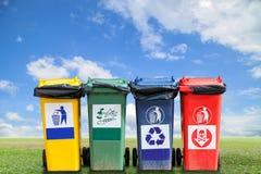 Réutilisez les poubelles et les déchets de sac sur le fond d'herbe verte et de ciel, photo libre de droits