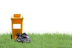 Réutilisez les poubelles et mettez en sac les déchets sur le fond d'herbe verte, écologie photo stock