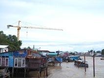 Réutilisez les vieilles maisons en bois sur le fleuve Chao Phraya, Bangkok Photographie stock libre de droits