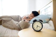 Réveil antique dans la chambre à coucher Image libre de droits