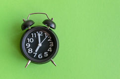 Réveil avec l'horloge de ` de sept o photographie stock