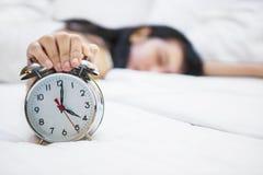 Réveil avec la femelle de sommeil sur le lit Photos libres de droits