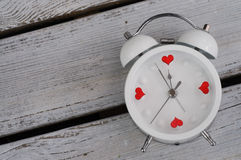 Réveil avec le concept d'amour de coeurs Photo stock