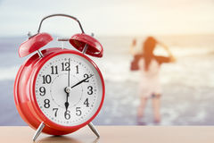 Réveil avec le fond brouillé de la femme sur la plage Photographie stock