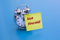 Réveil avec le texte : 'amour vous-même' Photographie stock libre de droits