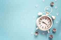 Réveil d'hiver avec le cône de pin et espace de copie sur le backgro bleu photo libre de droits