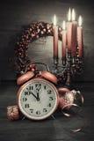 Réveil de vintage montrant cinq à douze et decorati saisonnier Photos stock