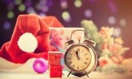 Réveil et deux cadeaux rouges Image stock