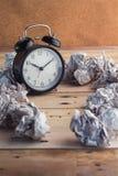 Réveil et idée chiffonnée de déchets de papier Photo libre de droits