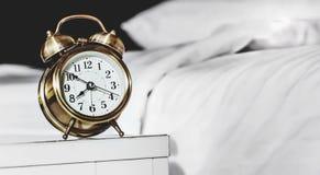 Réveil et lit image stock