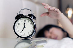 Réveillé vers le haut par le bruit de l'horloge d'alarme images stock
