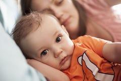 Réveillez juste la maman de bébé garçon dans le lit Photo stock