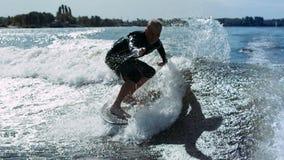 Réveillez le surfer tombant dans l'eau dans le mouvement lent Homme tournant sur le ressac de sillage clips vidéos