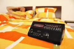 Réveillez-vous dans l'horloge d'alarme de matin Image stock