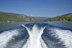 Réveillez-vous du bateau sur le lac McCall, Idaho et pins en été photographie stock libre de droits