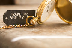 Réveillez-vous et vivez et empochez la montre photographie stock libre de droits