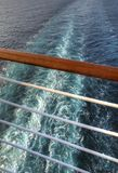 Réveillez-vous vu une balustrade d'un bateau de croisière Photos stock