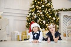 Réveillon de Noël Les enfants écrivent des lettres à Santa Claus Image libre de droits