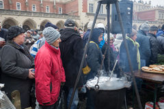 Réveillon de Noël pour pauvre et sans abri sur le marché central à Cracovie Photographie stock libre de droits